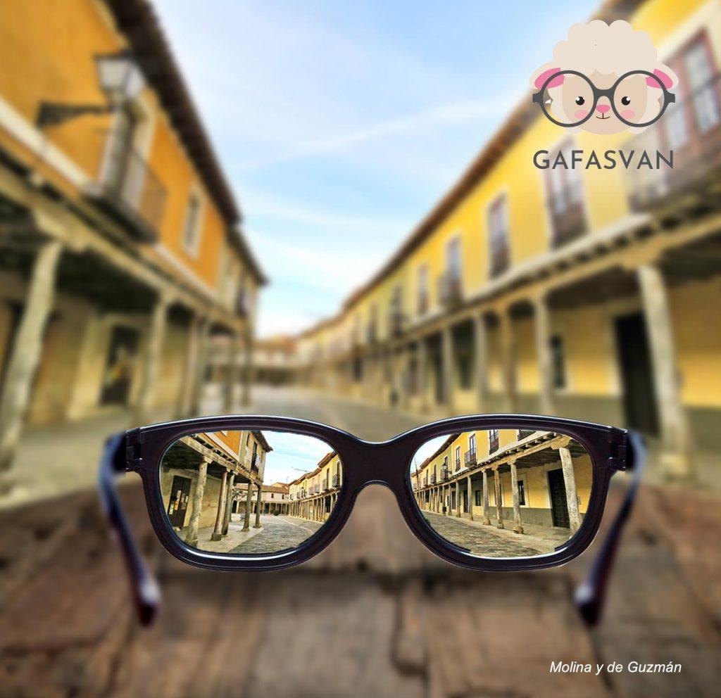 Gafasvan.com es la óptica ambulante de Daniel Paniagua, el negocio que le permite vivir y emprender en su pueblo, Mayorga (Valladolid)
